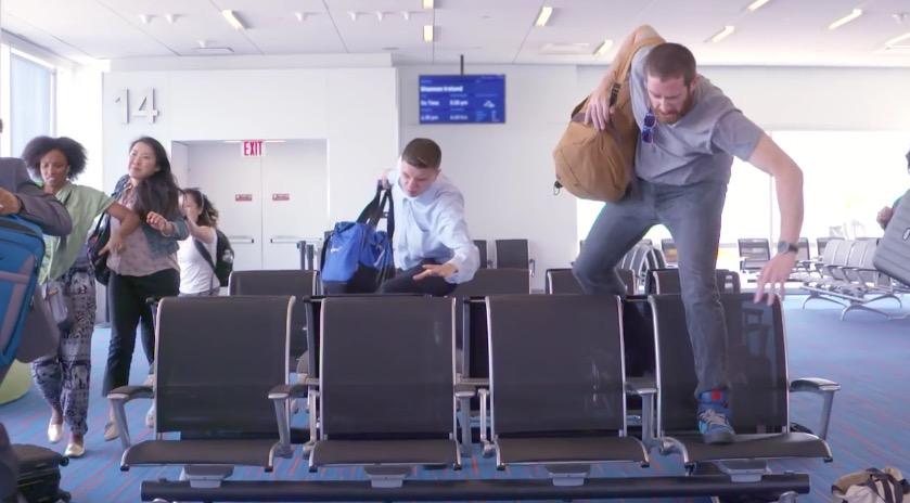 Vídeo engraçado do dia: os apressadinhos da fila de embarque. Você já viu algo parecido?